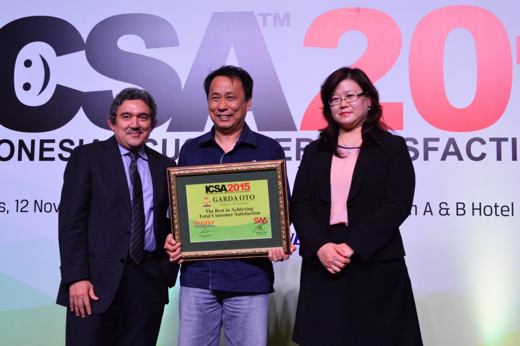CEO Asuransi Astra menerima penghargaan Indonesian Customer Satisfaction Award 2015