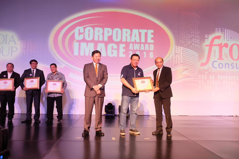 CMO - Retail Business Asuransi Astra, Gunawan Salim (tengah) berkesempatan menerima Corporate Image Award 2016 secara langsung