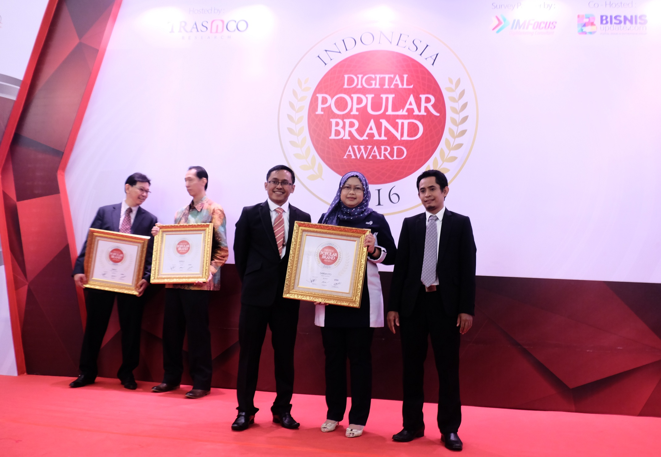Lusi Liesdiani, SVP Digital Channel Asuransi Astra saat menerima Indonesia Digital Popular Brand Award 2016