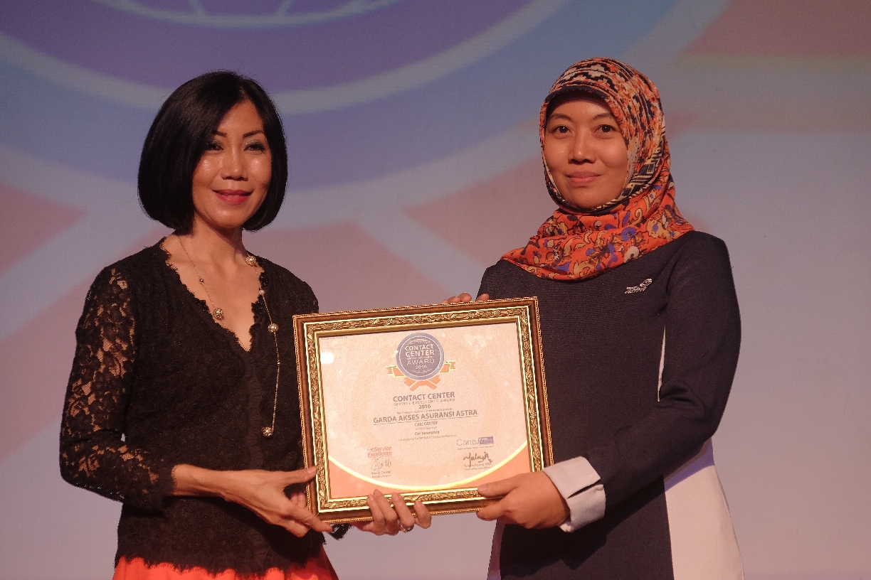 Mustika Wulandari, Vice President Service Management Asuransi Astra saat menerima CSSE Award 2016
