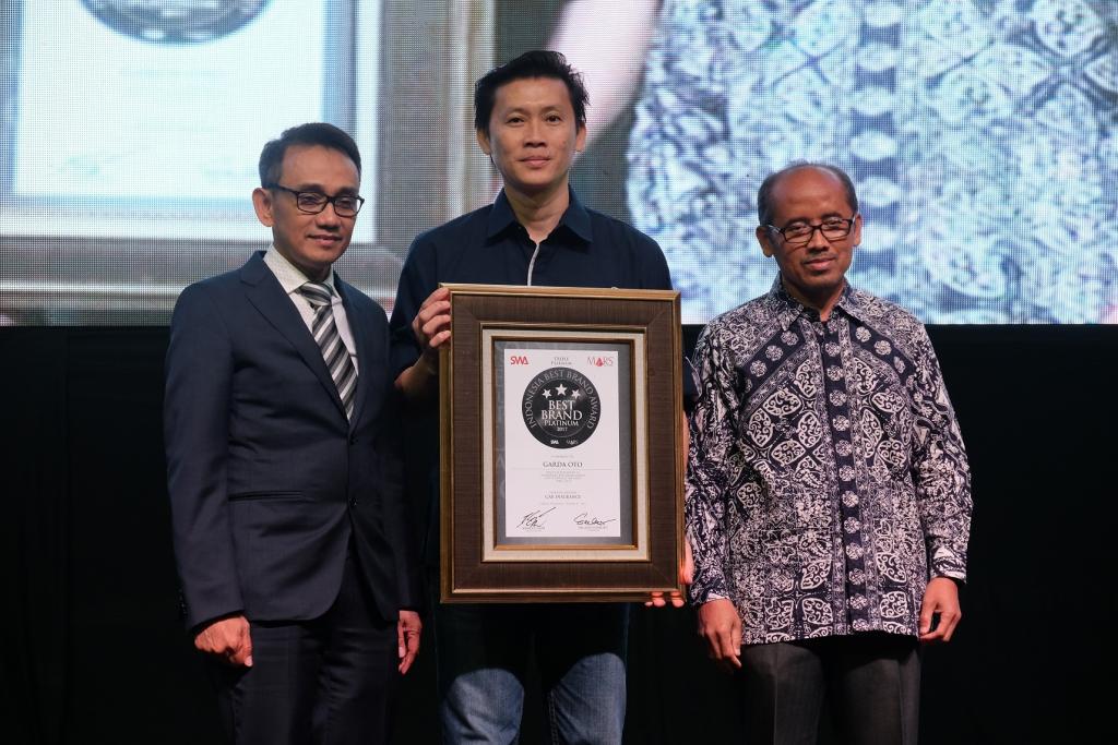 Adrianto, SVP Business Management Asuransi Astra (tengah) saat menerima penghargaan dalam ajang IBBA 2017