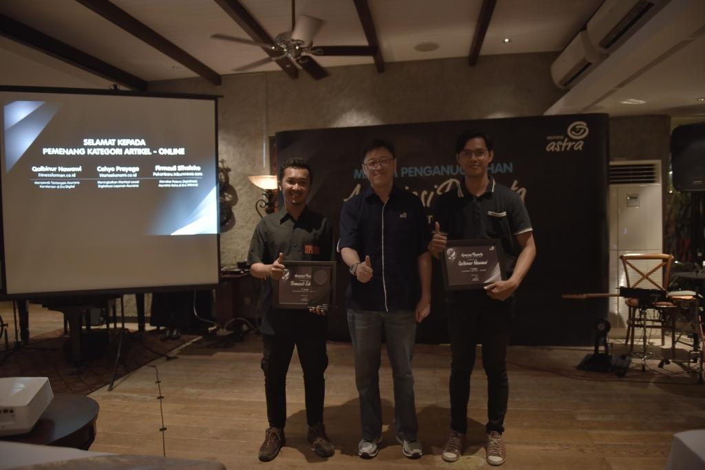 Rudy Chen, CEO Asuransi Astra (tengah) berfoto bersama para pemenang kat...